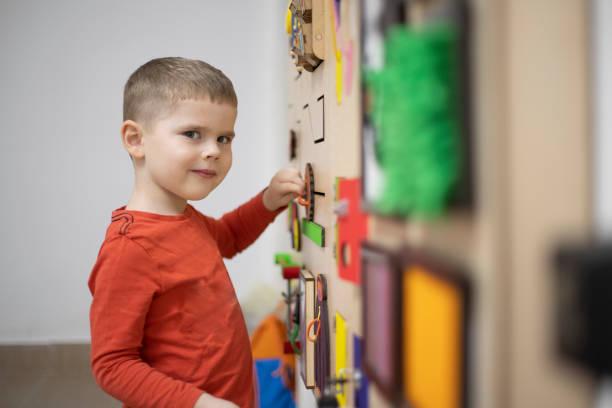 thérapie du jeu - handicap mental photos et images de collection