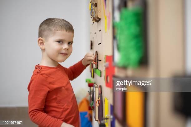 terapia de jugar - autismo fotografías e imágenes de stock