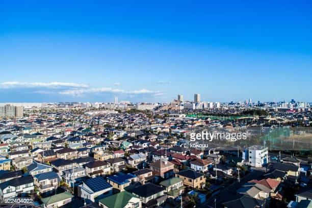 青い空との住宅が多くあります。 - 住宅地 ストックフォトと画像