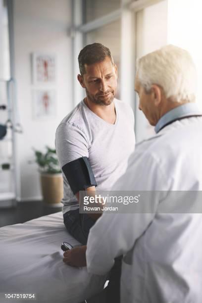 es gibt viele gründe für bluthochdruck - ärztliche untersuchung stock-fotos und bilder