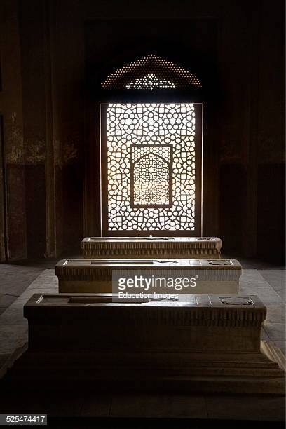 There Are Over 100 Graves Like This White Marble Tomb In Humayuns Tomb Which Is A Fine Example Of Mughal Architecture New Delhi India