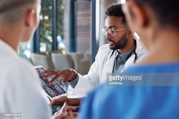 er zijn enkele onderliggende problemen hier - medische röntgenfoto stockfoto's en -beelden