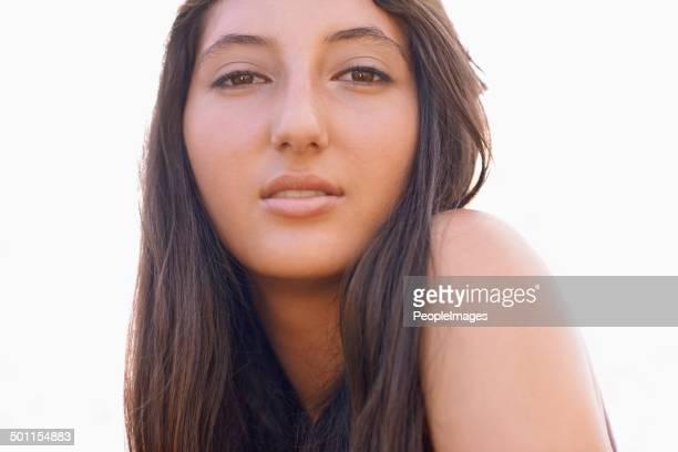 il y a toute confiance dans sa beauté - jeune fille brune belle photos et images de collection