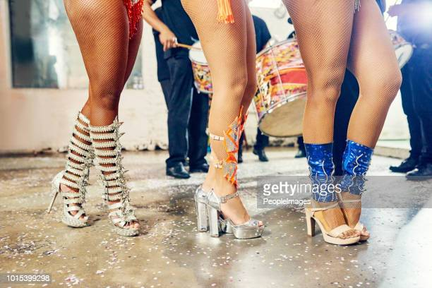 es ist feuer in den füßen einer samba-tänzerin - beautiful legs in high heels stock-fotos und bilder