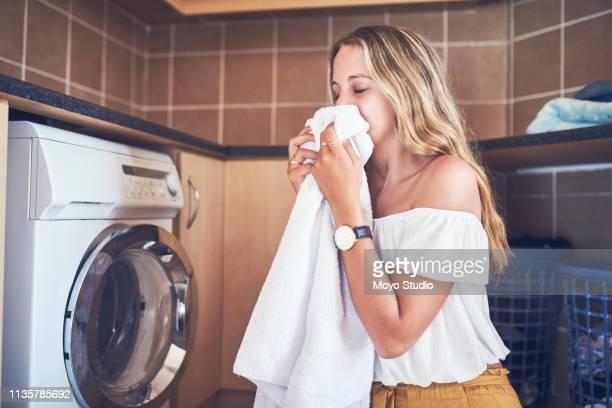es gibt etwas therapeutisches an frischer wäsche - weichspüler stock-fotos und bilder