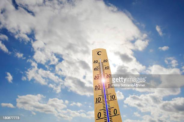 thermometer, 28 degrees celsius, heat day - letrac stock pictures, royalty-free photos & images
