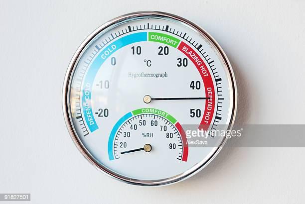 体温計の壁に吊るした高い温度を表示 - celsius ストックフォトと画像