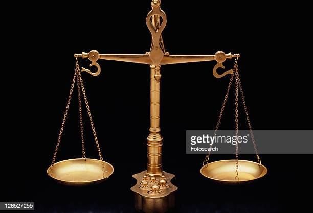 these are the golden scales of justice - justiça criminal - fotografias e filmes do acervo