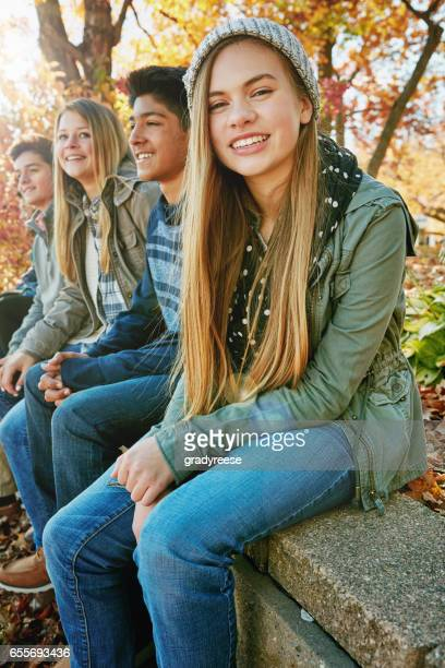 deze jongens zijn de beste - alleen tieners stockfoto's en -beelden