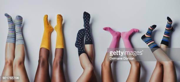 ces chaussettes nous fait sentir amusant et funky - beaux pieds et femme photos et images de collection