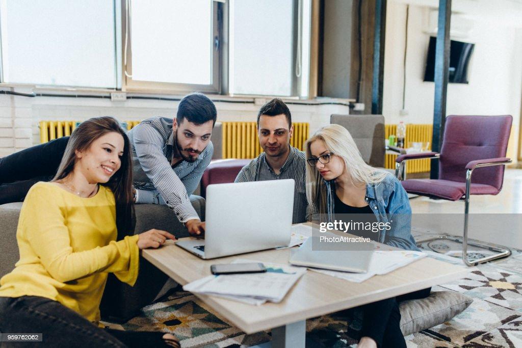 Sie alle teilen die gleichen Interessen online : Stock-Foto