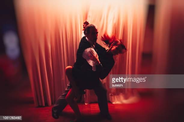 sie tanzen bis spät in die nacht - tango tanz stock-fotos und bilder