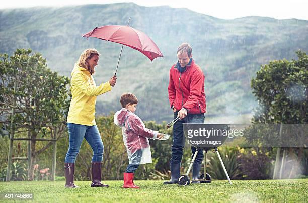 Sie nicht von ein bisschen Regen genießen den barbecue-Grill