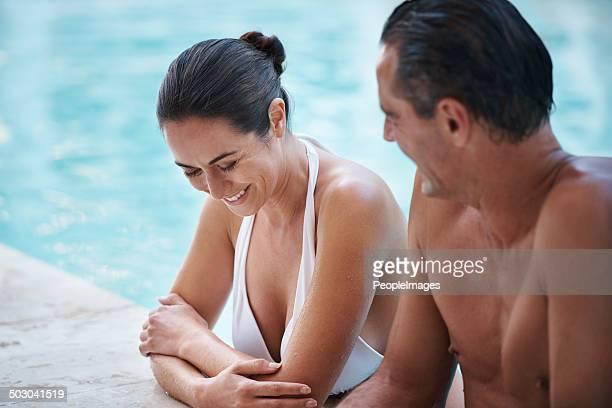 Sie genießen die Zeit zusammen im pool