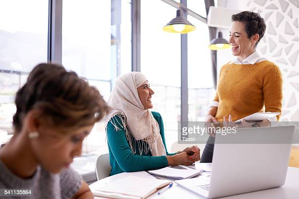 they like to keep their meetings light hearted - hijab - fotografias e filmes do acervo