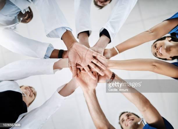trabajamos bien juntos - manos en el aire fotografías e imágenes de stock