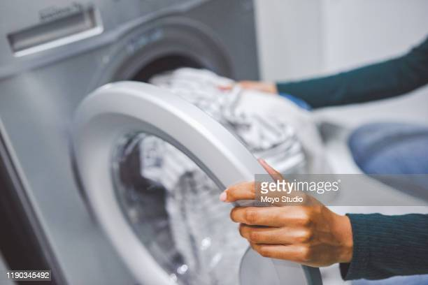 sie kommen alle sauber und frisch heraus - waschmaschine stock-fotos und bilder