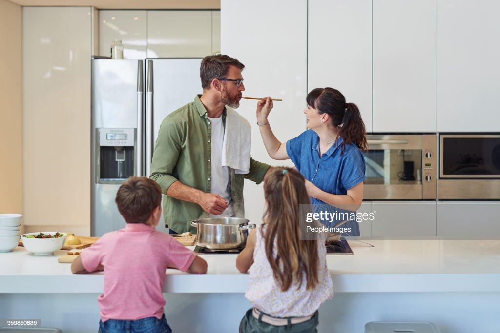 Sie sind alle eifrig zu graben Mamas Küche : Stock-Foto