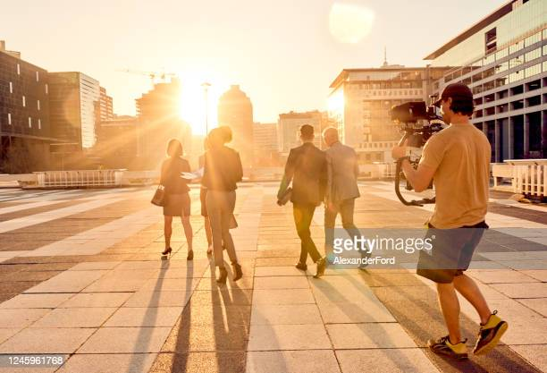 they're making waves in the city - film crew stock pictures, royalty-free photos & images