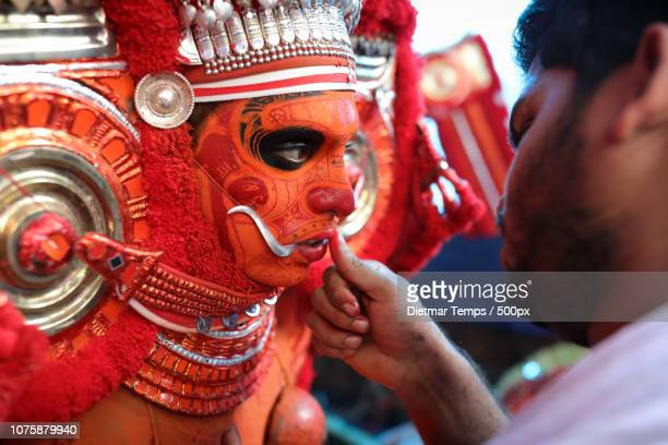 theyyam dancer, india - dietmar temps 個照片及圖片檔