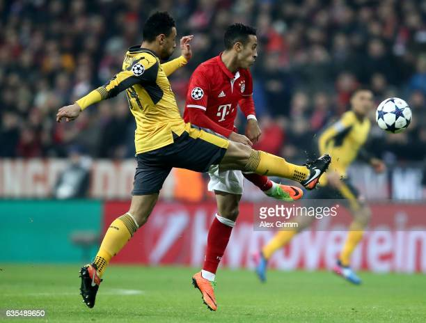 Thiago Alcantara of Muenchen and Alex Oxlade Chamberlain of Arsenal battle for the ball during the UEFA Champions League Round of 16 first leg match...