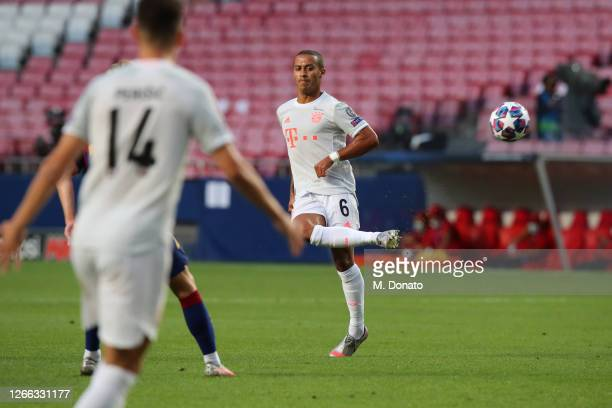 Thiago Alcantara of Muenchen controls the ball during the UEFA Champions League Quarter Final match between Barcelona and Bayern Munich at Estadio do...