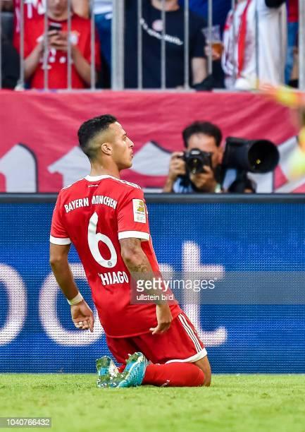 Thiago Alcantara rutscht bei seinem Torjubel auf den Knie waehrend dem Fussball Bundesliga Spiel FC Bayern Muenchen gegen SC Freiburg am 8. Spieltag...