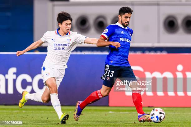 Thiago Bueno of Yokohama Marinos is chased by Lim Sanghyub of Suwon Samsung during the AFC Champions League Round of 16 match between Yokohama...