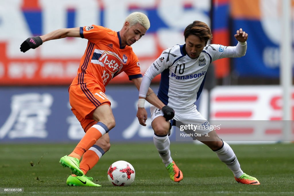 Thiago Galhardo of Albirex Niigata and Shu Kurata of Gamba Osaka compete for the ball during the J.League J1 match between Albirex Niigata and Gamba Osaka at Denka Big Swan Stadium on April 1, 2017 in Niigata, Japan.