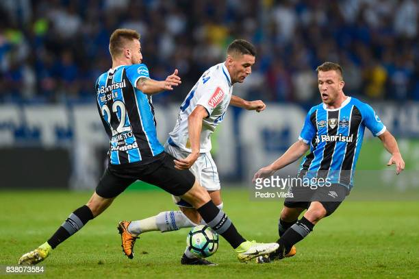 Thiago Neves of Cruzeiro and Bressan and Arthur of Gremio battle for the ball during a match between Cruzeiro and Gremio as part of Copa do Brasil...