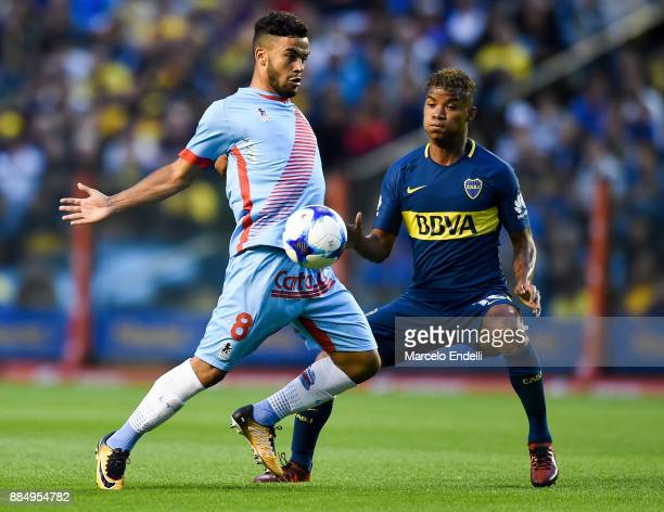 Thiago Rodrigues Da Silva of Arsenal fights for the ball with Wilmar Barrios of Boca Juniors during a match between Boca Juniors and Arsenal as part...