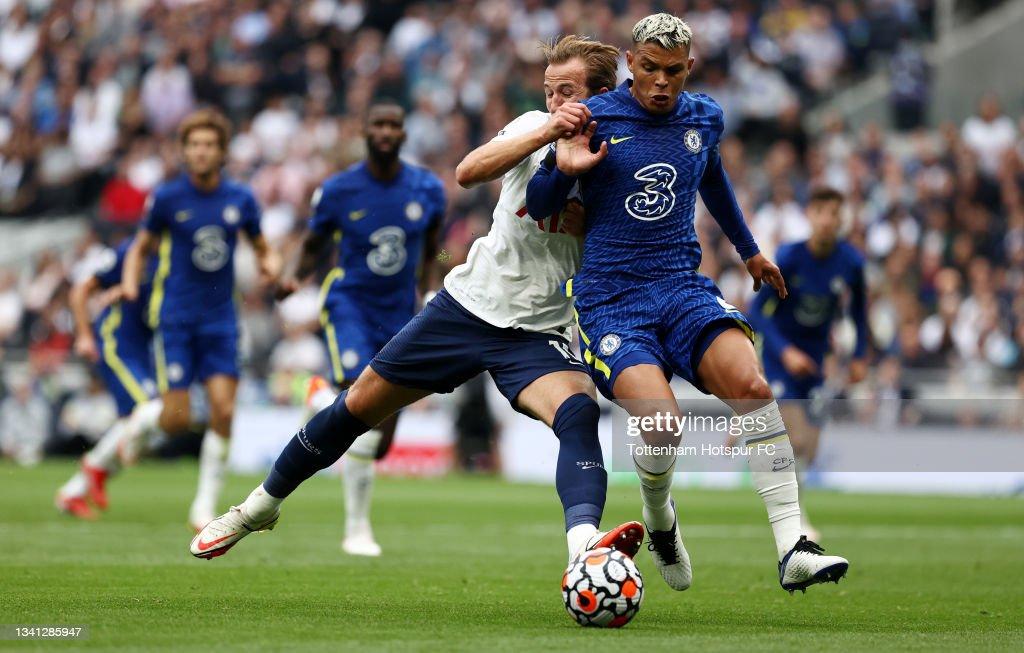 Thiago Silva of Chelsea and Harry Kane of Tottenham Hotspur battle...  Nachrichtenfoto - Getty Images
