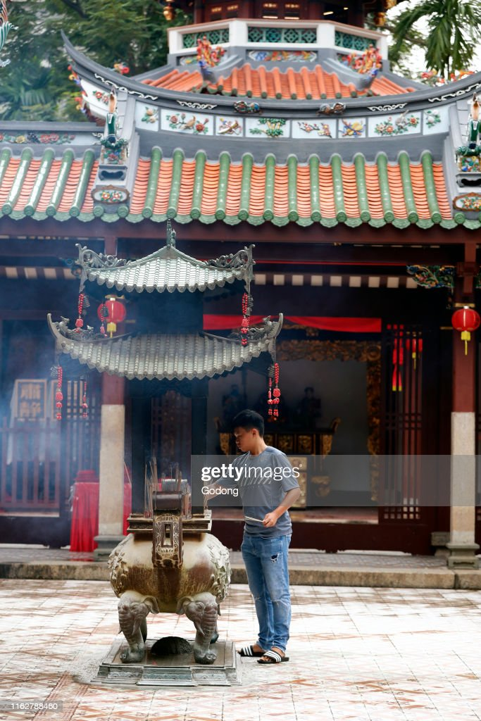 Thian Hock Keng Temple Buddhist Worshipper Burning Incense Sticks News Photo Getty Images