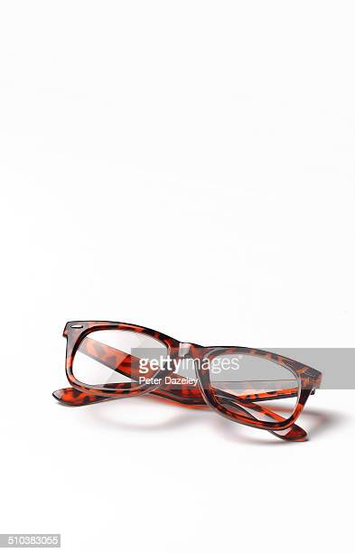 thick rimmed spectacles with copy space - thick rimmed spectacles - fotografias e filmes do acervo