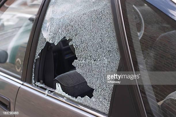 Dieb broken Glas im Auto Fenster