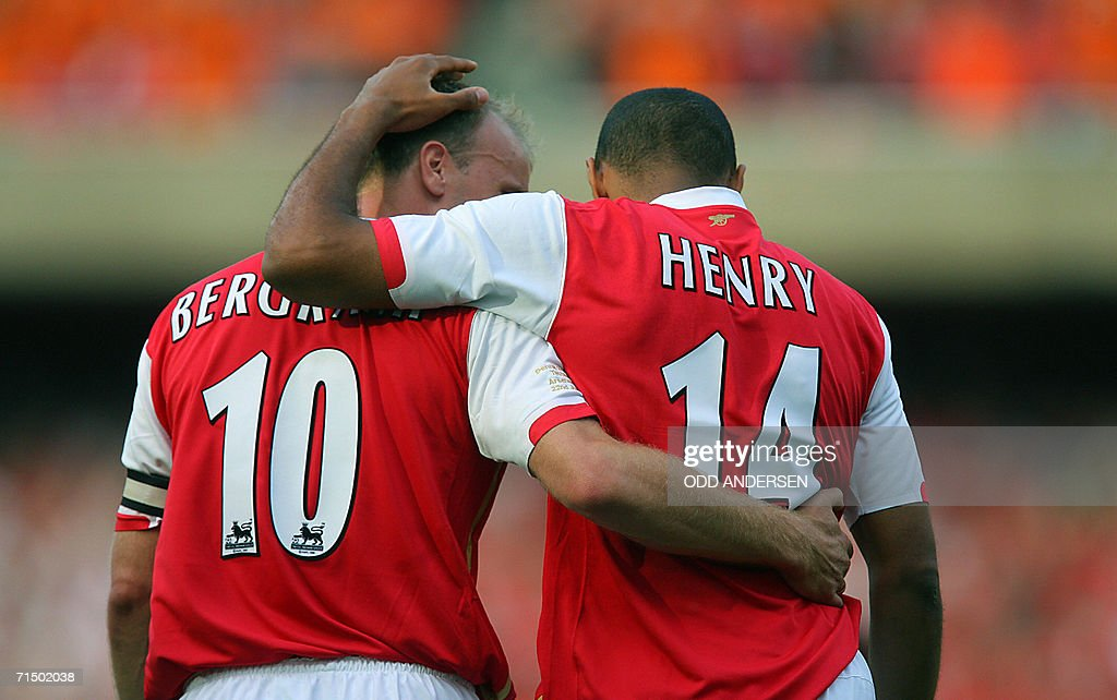 Thierry Henry (R) of Arsenal celebrates : News Photo