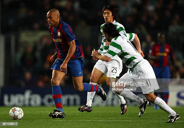 Thierry Henry of Barcelona breaks through the Celtic defence during the UEFA Champions League 2nd leg of the First knockout round match between FC...