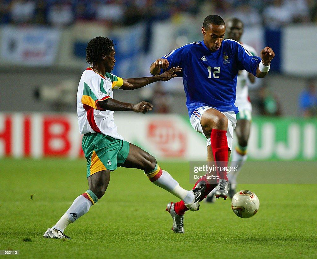 Thierry Henry and Aliou Cisse : Nachrichtenfoto