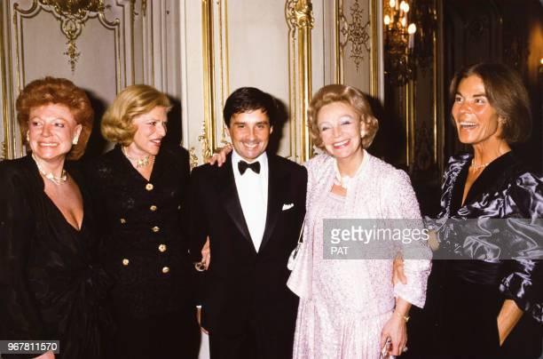 Thierry Le Luron entouré de Régine MarieHélène de Rothschild Eve Barre et Micheline ChabanDelmas le 27 novembre 1984 à Paris France