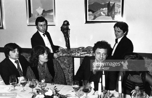 Thierry Le Luron, Yannou Collart, Jacques Martin et Danièle Evenou au Moulin de Mougins le 18 janvier 1977, France.