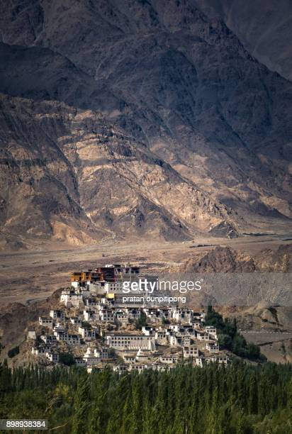thiksey monastery - lhasa stockfoto's en -beelden