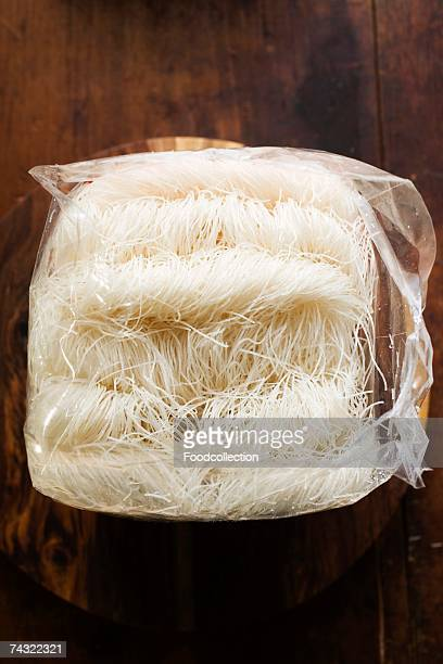 thin rice noodles in plastic bag on wooden plate - plastic plate - fotografias e filmes do acervo