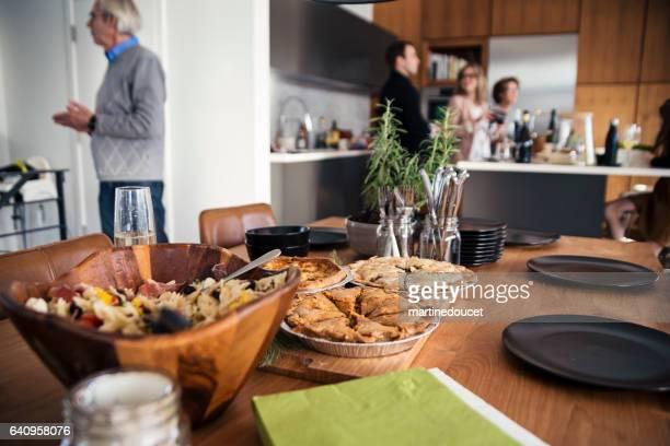 Choses sur une table avant un grand dîner de famille.