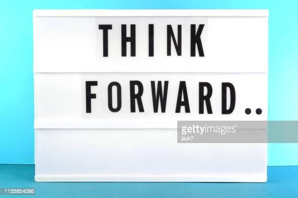 think forward - thinking outside the box englische redewendung stock-fotos und bilder