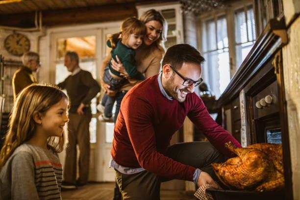 我想這個感恩節火雞是烤的! - 焗 預備食物 個照片及圖片檔