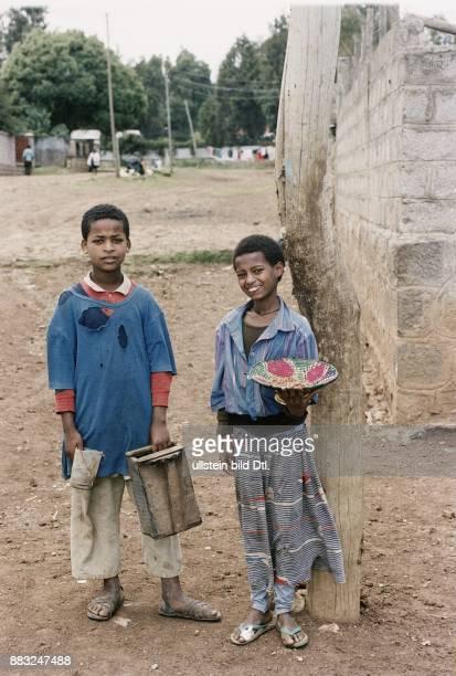 Äthiopien Zwei Straßenkinder ein Junge und ein Mädchen müssen in Addis Abeba arbeiten um zu überleben Der Junge bietet seine Dienste als Schuhputzer...
