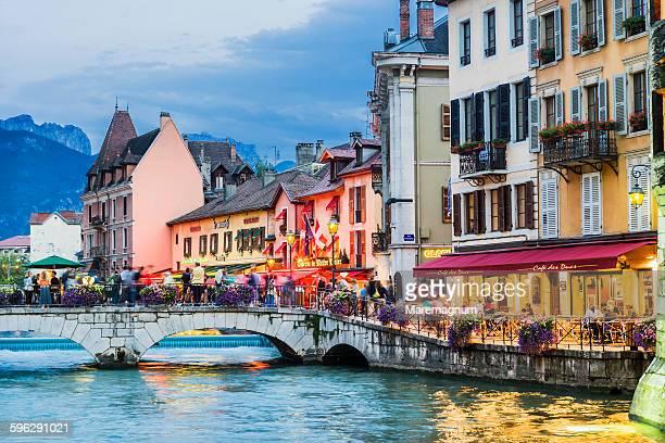 thiou river and the riverside - フランス アヌシー ストックフォトと画像