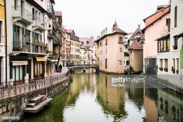 thiou river, old town, annecy, auvergne-rhône-alpes, france - annecy photos et images de collection