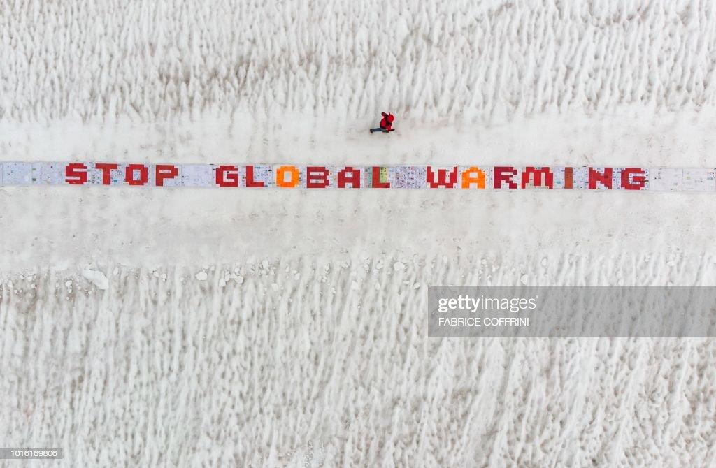 TOPSHOT-SWITZERLAND-ENVIRONMENT-CLIMATE : News Photo