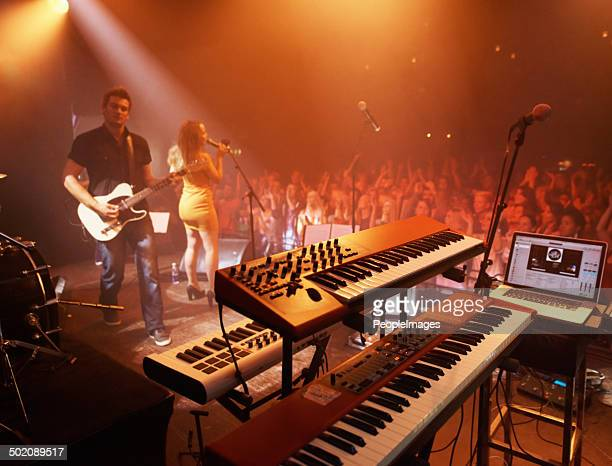 this band knows how to work a crowd - electronic music stock pictures, royalty-free photos & images